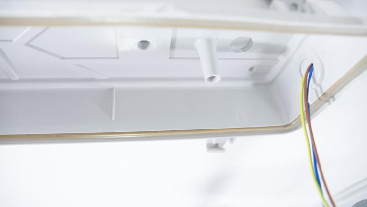 Как установить светильник с люминесцентными лампами на потолке